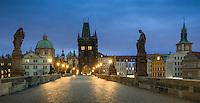Die Karlsbrücke in Prag an der Moldau wird begrenzt von zwei Türmen und ist nur für Fußgänger geöffnet und fast rund um die Uhr sehr belebt. <br /> Auf dem früheren Krönungsweg der böhmischen Könige führte dieser von der Prager Burg über die Karlsbrücke zum Altstädter Ring.Ein Muss für jeden Prag Besucher.
