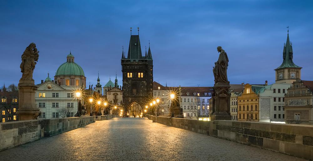 Die Karlsbrücke in Prag an der Moldau wird begrenzt von zwei Türmen und ist nur für Fußgänger geöffnet und fast rund um die Uhr sehr belebt. Ein Muss für jeden Prag Besucher.