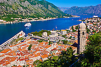 Monténégro, côte Adriatique, Kotor, les bouches de Kotor, classé Patrimoine Mondial de l'UNESCO, la vieille ville // Montenegro, Adriatic coast, Bay of Kotor, Kotor, Elevated view over the Old Town, fjord and mountains from the walls of the Kotor Fortress which forms a continuous belt around the Old Town