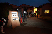 A dog waiting outside of St Gregory's church hall for it owner who is voting.<br /> 18th September 2014 polling vote for Scotland independence. Pako Mera/Universal News And Sport (Europe) 18/09/2014