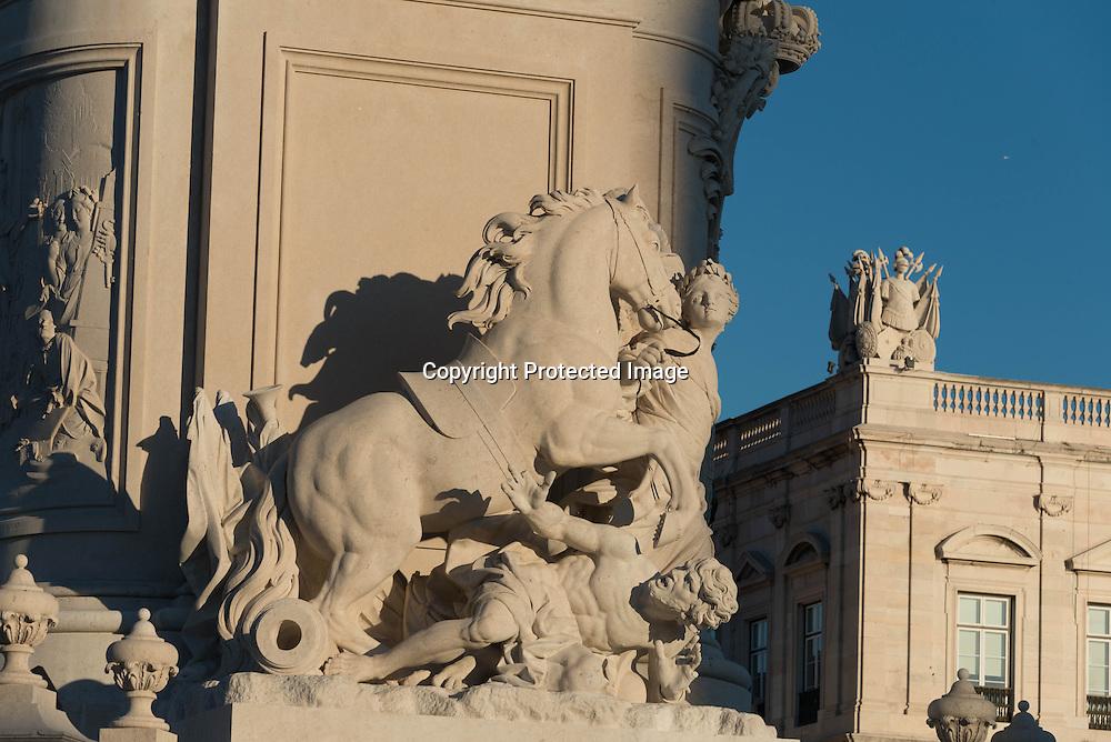 Portugal. Praca do commercio./  Lisbonne place du commerce. Arc de triomphe recouvert de figures historiques (Vasco de Gama, marquis de Pombal) ouvrant sur la rue Augusta.