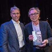 NLD/Amsterdam/20191202 - Boekpresentatie biografie Marco van Basten, Marco van Basten overhandigt het eerste exemplaar aan Jan Mulder