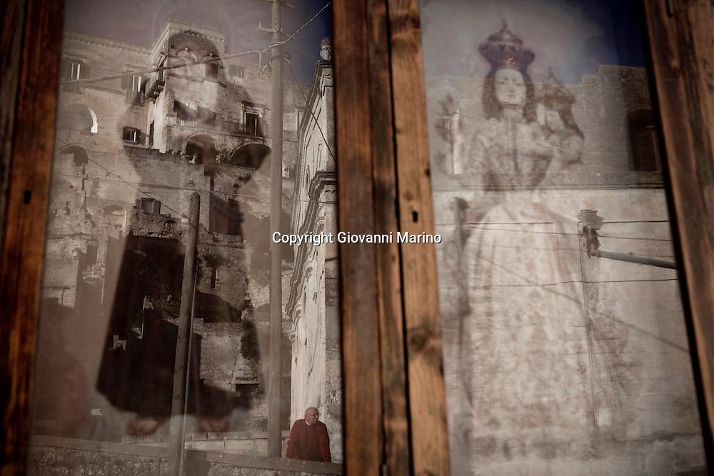 Matera (MT) 14.01.2011 - Sasso Barisano. Una teca votiva con le immagini di Sant'Agostino e della Madonna della Bruna, protettrice di Matera.