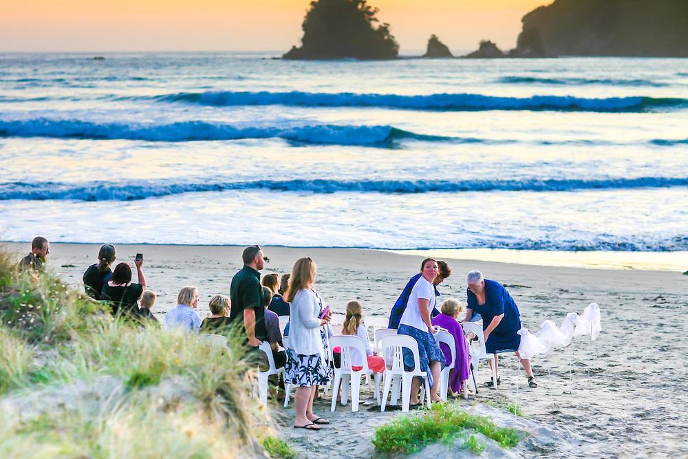 sunrise wedding photos at whangamata on the coromandel peninsula by felicity jean photography beach wedding mark & esther