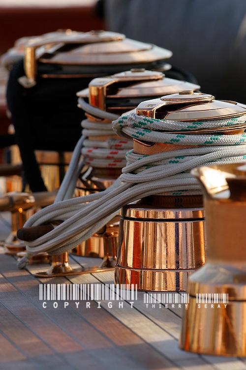 Art et Matières. Du bois noble, du savoir faire, et des centaines d'heures de travail. WINCH, PULLEY, DECK, TECK : THE ART OF CLASSIC YACHTS- VOILIERS CLASSIQUE : DETAILS