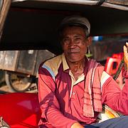 Portret van een man in fietstaxi (becak), Jakarta