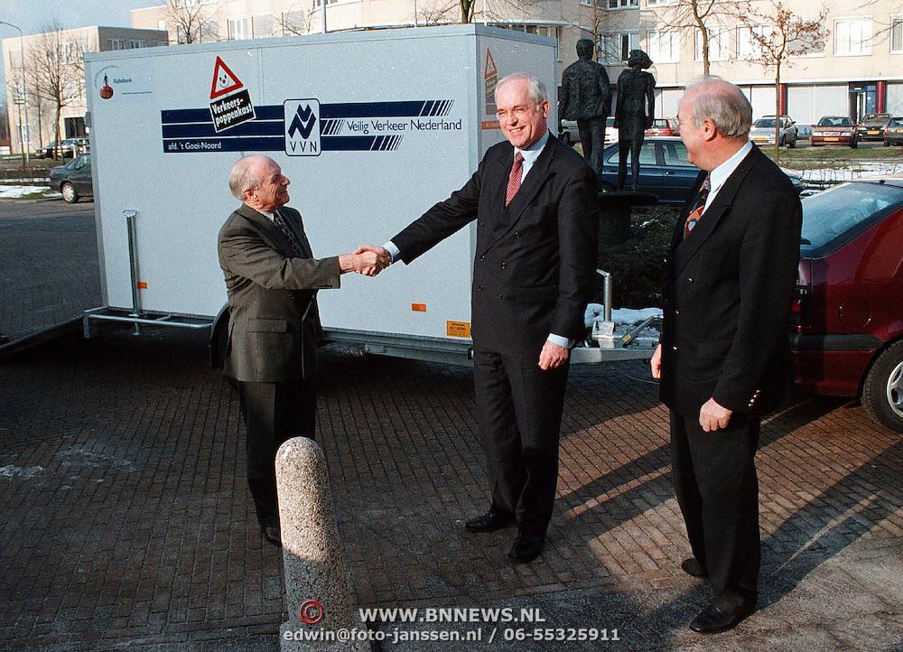 Overhandiging poppenkast trailer aan VVN Veilig Verkeer Nederland door de Rabobank Huizen