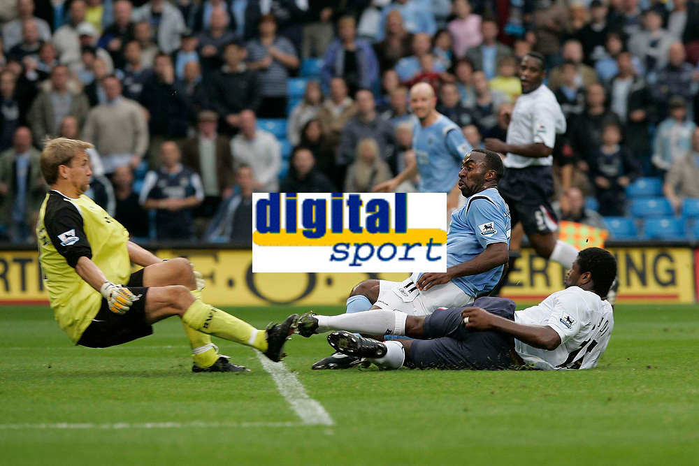 Photo: Dave Howarth.<br />Manchester City v Bolton Wanderers. The Barclays Premiership. 18/09/2005. No way through for citys Dariuss Vassell