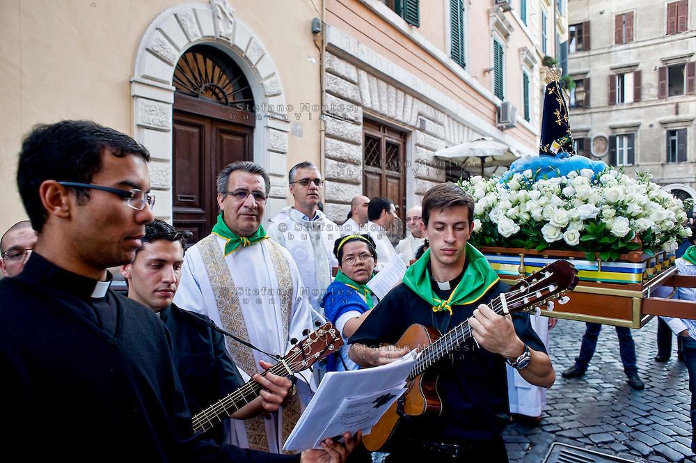 Roma 13 Ottobre 2013.<br /> Festa della Nossa Senhora da Concei&ccedil;&atilde;o Aparecida (Nostra Signora della Concezione di Aparecida), la patrona del Brasile, che si festeggia il 12 ottobre e la comunita' brasiliana di Roma festeggia con una processione per le vie del centro storico.<br /> Rome 13 October 2013<br /> Feast of Nossa Senhora da Concei&ccedil;&atilde;o Aparecida (Our Lady of Conception Aparecida), the patron saint of Brazil, which is celebrated on October 12 and the community Brazilian Roma celebrated with a procession through the streets of Old Town.
