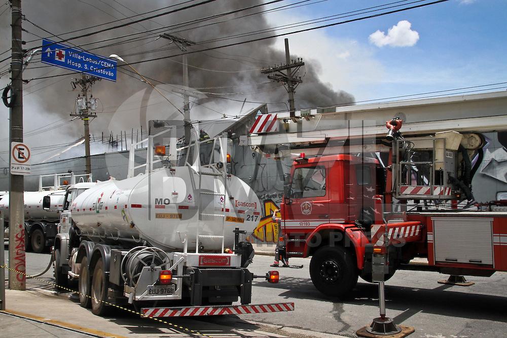 SAO PAULO, SP, 07 JANEIRO 2013 - INCENDIO GALPAO MOOCA - Bombeiros combatem um incêndio num galpão comercial, que serve de depósito para uma loja de departamentos, localizado na Rua Taquari, no bairro da Mooca, zona leste de São Paulo, nesta segunda- feira (07). (FOTO: ALE VIANNA / BRAZIL PHOTO PRESS).