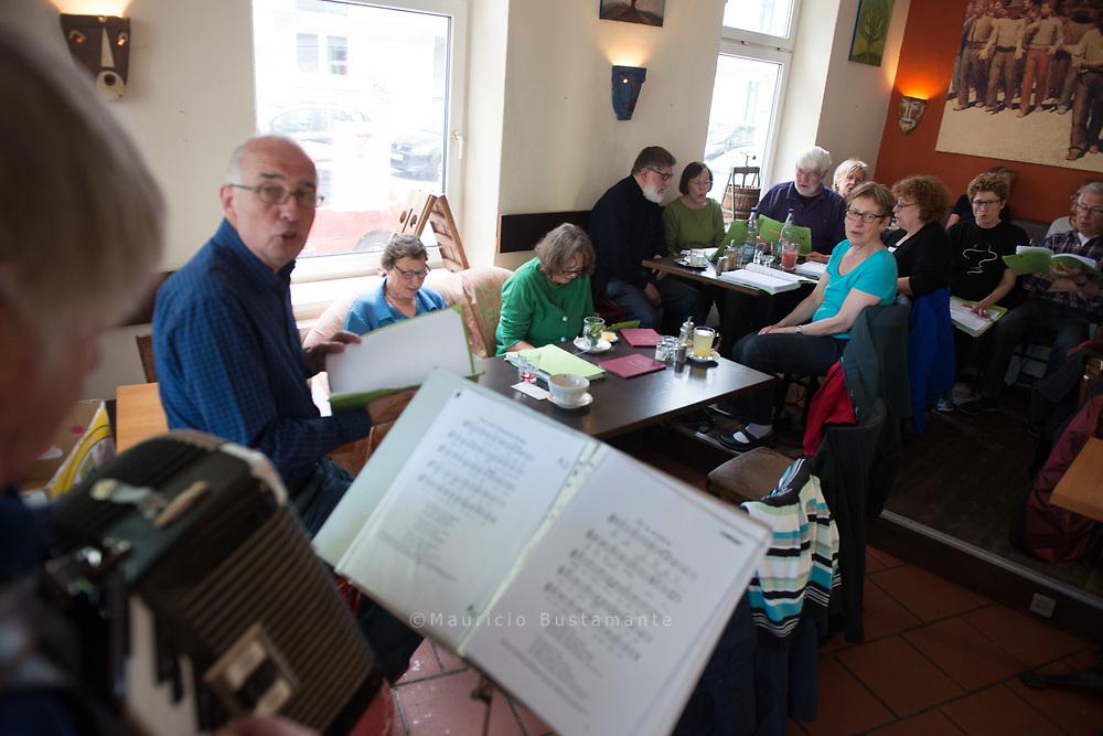 """Hobbysänger <br /> treffen sich ein Mal im<br /> Monat im Café Olé.. Hans Bunge (Akkordeon), Dieter Bensmann (Gesang).. Altona singt `nach Lust und Laune'<br /> """"An jedem 3. Sonntag von 18:00 - 20:00 Uhr trifft sich hier eine Gruppe zum Singen.<br /> Instrumente und Lieblinglieder (am besten mehrfach kopiert) können gern mitgebracht werden. """" (unten)."""