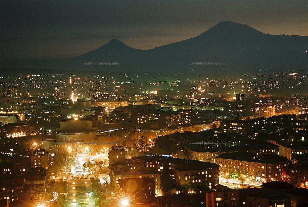 Blick über die armenischen Hauptstadt Erwian bei Nacht. Im Vordergrund die Oper der Stadt. Am Horizont die Kegel der erloschen Vulkane des Kleinen Ararat (links) und des Grossen Ararat (rechts). Legendary Ararat Mountains (Great A. ri., Small A. le.) enthrones behind the armenian capital of Yerevan, Armenia, at dusk.