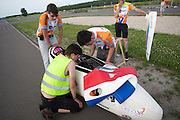 Alwin Visker wordt klaar gemaakt voor de start. HPT Delft en Amsterdam is in Senftenberg voor de recordpogingen op de Dekra baan.<br />