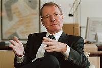 13 JAN 2000, BERLIN/GERMANY:<br /> Hans-Olaf Henkel, Präsident des Bundesverbandes der Deutschen Industrie, BDI, während einem Interview in seinem Büro<br /> Hans-Olaf Henkel, President of the Federalassociation of the German Industrie, during an interview, in his office<br /> IMAGE: 20000113-01/01-08