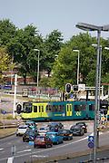 Auto's wachten voor het rode verkeerslicht bij Westplein in Utrecht tot de sneltram voorbij is gereden