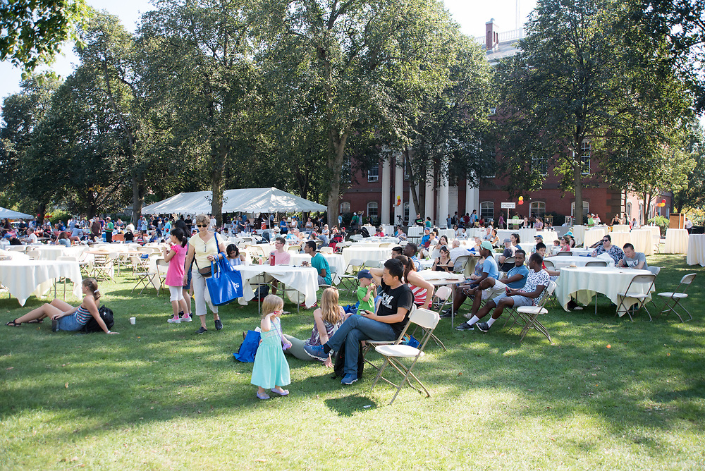 9/24/17 – Medford/Somerville, MA – Hundreds of local families and Tufts students enjoy sunlight during Tufts Community Day on September 24. (Seohyun Shim / The Tufts Daily)