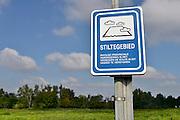 Nederland, Ubbergen, 12-9-2014 Ooijpolder, de boerenlandpaden en nieuwe aanplant van heggen en ecologische verbindingszone van de VNC, vereniging nederlands cultuurlandschap. Pad, boerenpad, boerenlandpad,route,wandelroute. Honden zijn sinds kort toeglaten op de boerenlandpaden hier en in de Duffelt, mits aangelijnd, verplicht aan de lijn. Delen van de Ooijpolder zijn natuurgebied en stiltegebied.Foto: Flip Franssen/Hollandse Hoogte
