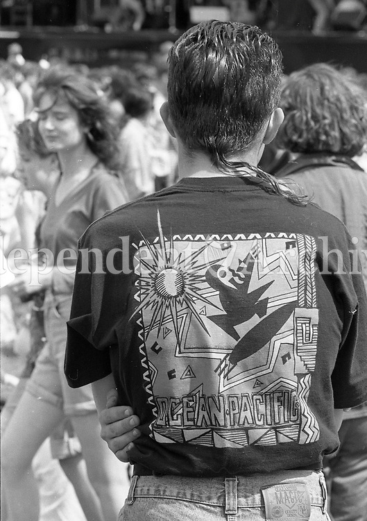 Fans enjoying themselves during the Feile Festival in Thurles, 01/08/1990 (Part of the Independent Newspapers Ireland/NLI Collection).