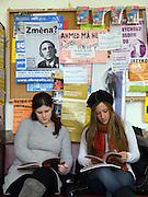Erasmus Studenteninnen an der Philosophischen Fakultaet der Prager Karlsuniversitaet vor ihren Tschechisch Kurs für Änfänger. Links Laura Gurfein und Jordana Molloy - beide kommen aus New York. Die philosophische Fakultaet der Prager Karlsuniversitaet ist am Jan Palch Platz im Zentrum von Prag. <br /> <br /> Erasmus students of the philosophical faculty as part of Charles University located at the Jan Palach square in the center of Prague. Left Laura Gurfein and Jordana Molloy - both are guest students from New York.