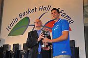 DESCRIZIONE : Monza Vila Reale Italia Basket Hall of Fame<br /> GIOCATORE : Giovanni Cabagnin Andrea Bargnani<br /> SQUADRA : FIP Federazione Italiana Pallacanestro <br /> EVENTO : Italia Basket Hall of Fame<br /> GARA : <br /> DATA : 29/06/2010<br /> CATEGORIA : Premiazione<br /> SPORT : Pallacanestro <br /> AUTORE : Agenzia Ciamillo-Castoria/M.Gregolin
