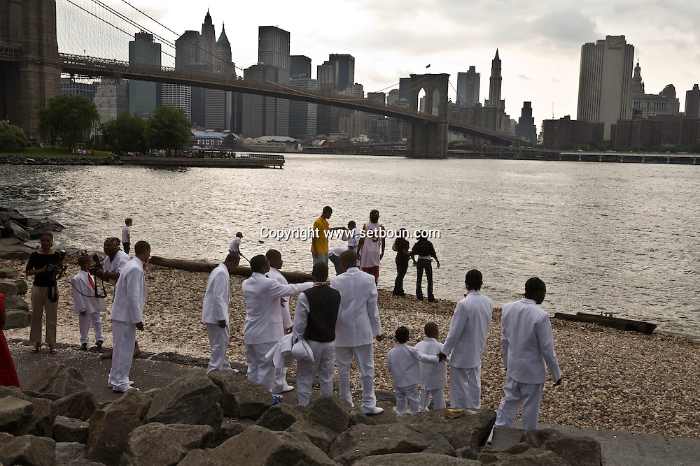 New York. Brooklyn. black wedding in Fulton ferry park and promenade, Brooklyn bridge and  Manhattan skyline  . downtown  Manhattan skyline at dusk  New York - United states  /  mariage noir dans  , le Fulton ferry park et promenade. le pont de Brooklyn downtown Manhattan skyline  New York . le soir  New York - Etats-unis