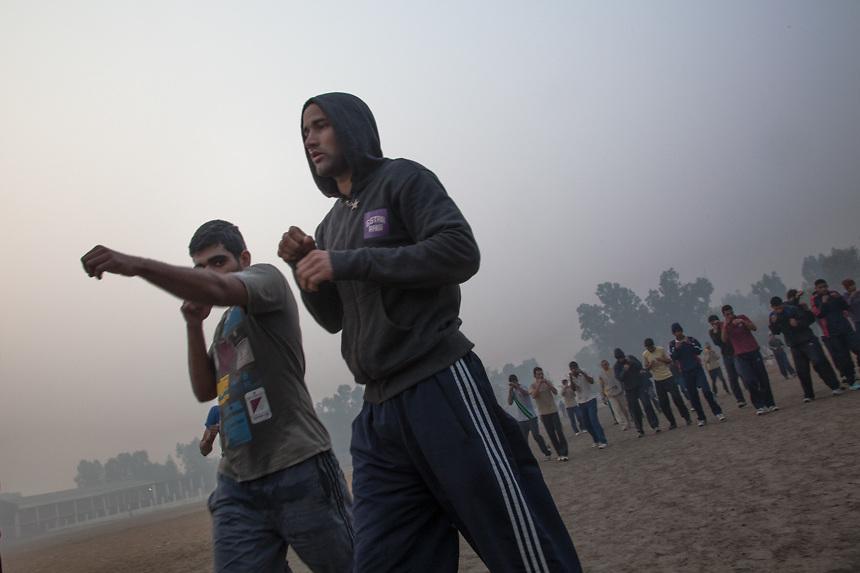 Elèves du Bhiwani Boxing Club au stade de Bhiwani; l'entraînement se déroule avec courses, pompes, marches en tirant des coups et autres exercises athlétiques