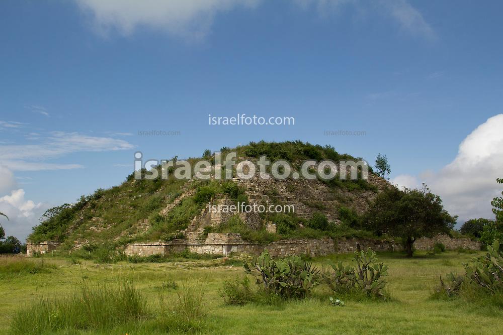 Montículo III, de la Plataforma Sur en el sitio arqueológico de Monte Albán. Mound III in the South Platform at the archaeological site of Monte Alban.