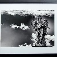 Imagen impresa (37 x 25 cm) en papel fotográfico Hahnemuhle de la estatua del ángel con la esponja, del escultor Antonio Giorgetti. El Puente Sant'Angelo. Roma, Italia. Marco negro, paspartú blanco. Tamaño 52,5 x 38,5 cm. Firmado y con sello de autenticidad. Printed image (37 x 25 cm) on photographic paper Hahnemuhle of the statue of the angel with the sponge, by the sculptor Antonio Giorgetti. The Sant'Angelo Bridge. Rome Italy. Black frame, white plaid. Size 52.5 x 38.5 cm. Signed and stamped with authenticity.