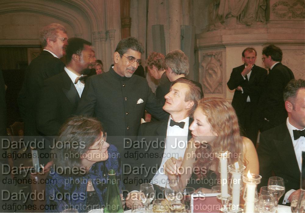 Ben Okhri, Sonny Mehta and Julian Barnes. Hermione Lee and  Nina Raine. Booker prize. Guildhall. London. 1998. © Copyright Photograph by Dafydd Jones 66 Stockwell Park Rd. London SW9 0DA Tel 020 7733 0108 www.dafjones.com