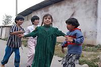 20 OCT 2001, DUSCHANBE/TAJIKISTAN:<br /> Kinder spielen in einer Strasse von Duschanbe, der Hauptstadt von Tadschikistan<br /> IMAGE: 20011020-01-033<br /> KEYWORDS: Kind, child, children