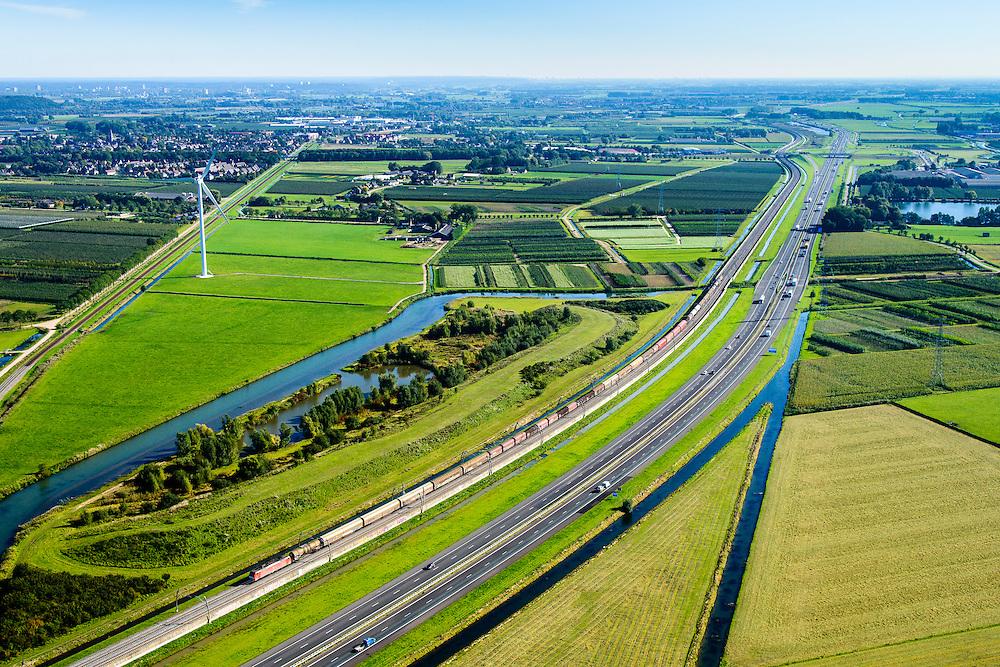 Nederland, Gelderland, Gemeente Neder-Betuwe, 30-09-2015; goederentrein passeert rivier de Linge onderweg van Duitsland naar de Haven van Rotterdam op de Betuweroute. Omgeving Ochten, de autosnelweg A15 loopt parallell aan de spoorlijn.<br /> Freight train en route from Germany to the Port of Rotterdam on the Betuweroute.  A15 motorway runs parallell to the railroad.<br /> luchtfoto (toeslag op standard tarieven);<br /> aerial photo (additional fee required);<br /> copyright foto/photo Siebe Swart