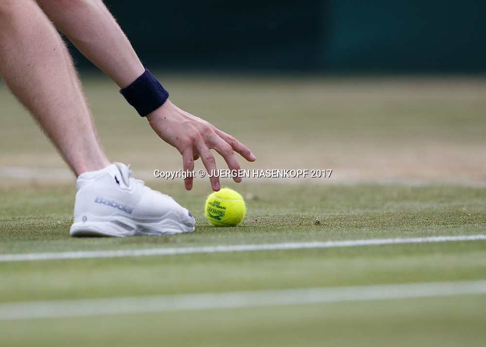 Wimbledon Feature, Balljunge greift Tennisball vom Rasen,Nahaufnahme,<br /> <br /> Tennis - Wimbledon 2017 - Grand Slam ITF / ATP / WTA -  AELTC - London -  - Great Britain  - 6 July 2017.