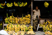 Trossen bananen hangen uitgestald op straat in de stad Jogjakarta, Midden-Java.