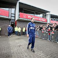 Nederland, Amsterdam , 1 mei 2012..Donderdagmiddag vanaf 17.00 uur mogen aanhangers van Ajax eindelijk nabij de Amsterdam Arena het landskampioenschap vieren. Al enkele weken was het onoverkomelijk dat Ajax de titel zou grijpen, maar sinds woensdag, na de 2-0 zege op VVV, is de titel ook officieel binnen..Op de foto de spelers van Ajax lopen omringd door fans het veld op voor laatste training voor wedstrijd tegen VVV  waarbij publiek mag komen kijken..Ajax trainer Frank de Boer  loopt het veld op..Foto:Jean-Pierre Jans
