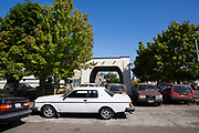 Vid entr&eacute;n p&aring; Alamo Automotive i Portland st&aring;r Dennis Dillons Volvo Bertone, lyxmodellen som hette Volvo 262C.  <br /> Foto: Christina Sj&ouml;gren