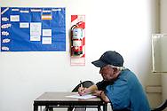 Überlebenskunst .Hecho, das Straßenmagazin aus Buenos Aires, betreibt eine  Kunstwerkstatt, in der argentinische Obdachlose malen und dichten. In Läden und Cafés der Stadt werden die Bilder und Skulpturen jetzt ausgestellt...Art of survival.Hecho, the street paper from Buenos Aires, is organizing since 2009 literature and painting art workshops for the homeless.The sculptures and the images produced in the workshops will be exhibited  from January 2010 in galleries and bars of downtown Buenos Aires.