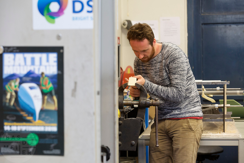 In Delft wordt de VeloX 7 gebouwd in de D:Dreamhall. In september wil het Human Power Team Delft en Amsterdam, dat bestaat uit studenten van de TU Delft en de VU Amsterdam, tijdens de World Human Powered Speed Challenge in Nevada een poging doen het wereldrecord snelfietsen voor vrouwen te verbreken met de VeloX 7, een gestroomlijnde ligfiets. Het record is met 121,44 km/h sinds 2009 in handen van de Francaise Barbara Buatois. De Canadees Todd Reichert is de snelste man met 144,17 km/h sinds 2016.<br /> <br /> In Delft the Velox 7 is produced. With the VeloX 7, a special recumbent bike, the Human Power Team Delft and Amsterdam, consisting of students of the TU Delft and the VU Amsterdam, also wants to set a new woman's world record cycling in September at the World Human Powered Speed Challenge in Nevada. The current speed record is 121,44 km/h, set in 2009 by Barbara Buatois. The fastest man is Todd Reichert with 144,17 km/h.