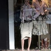 NLD/Laren/20080307 - Mannequins Josh Velhuizen en Manuela Loth in de etalage van de winkel Erny van Reijmersdal in Laren NH