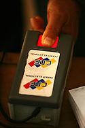 Detalle de la máquina captahuella para votar en el referendo consultivo sobre la reforma constitucional propuesta por el presidente venezolano, Hugo Chávez hoy, domingo 2 de diciembre, en Caracas (Venezuela). (ivan gonzalez)