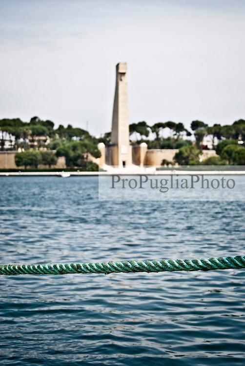 Il Monumento al Marinaio in viale Duca degli Abbruzzi sullo sfondo e in primo piano una corda sulla banchina del porto di Brindisi. 29/05/2010 PH Gabriele Spedicato