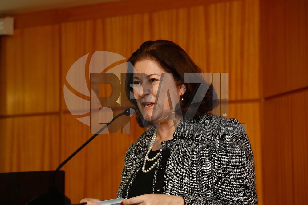 """SAO PAULO, SP, 15 DE JULHO DE 2013. PALESTRA MINISTRA DO PLANEJAMENTO. A ministra do Planejamento, Miriam Belchior, durante palestra na sede da SECOVI (Sindicato das Empresas de compra, Venda e locação e administração de Imoveis de SP). Durante a palestra, a ministra apresentou os detalhes de projetos do governo federal na área de habitação, como o """"Minha casa, minha vida"""" e o PAC - projeto de aceleração do crescimento. FOTO ADRIANA SPACA/BRAZIL PHOTO PRESS"""