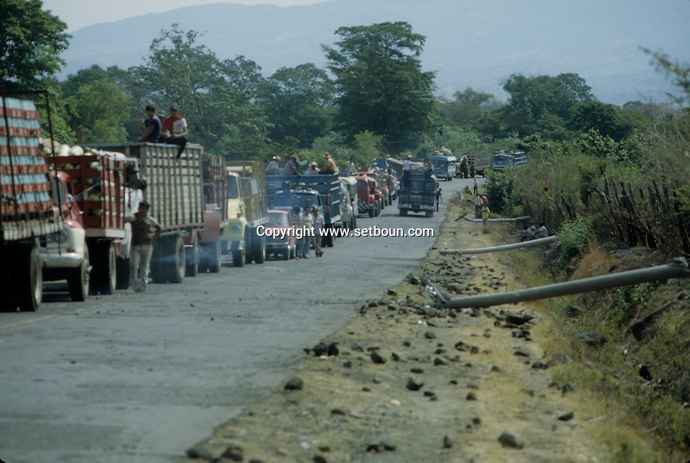 El Salvador. road after the attack by the guerilla, burnt bus and trucks , destrucion      / la route attaquee par les guerilleros, bus et camions incendies, arbres abattus, lignes electriques coupees    Salvador  / SALV34232 3