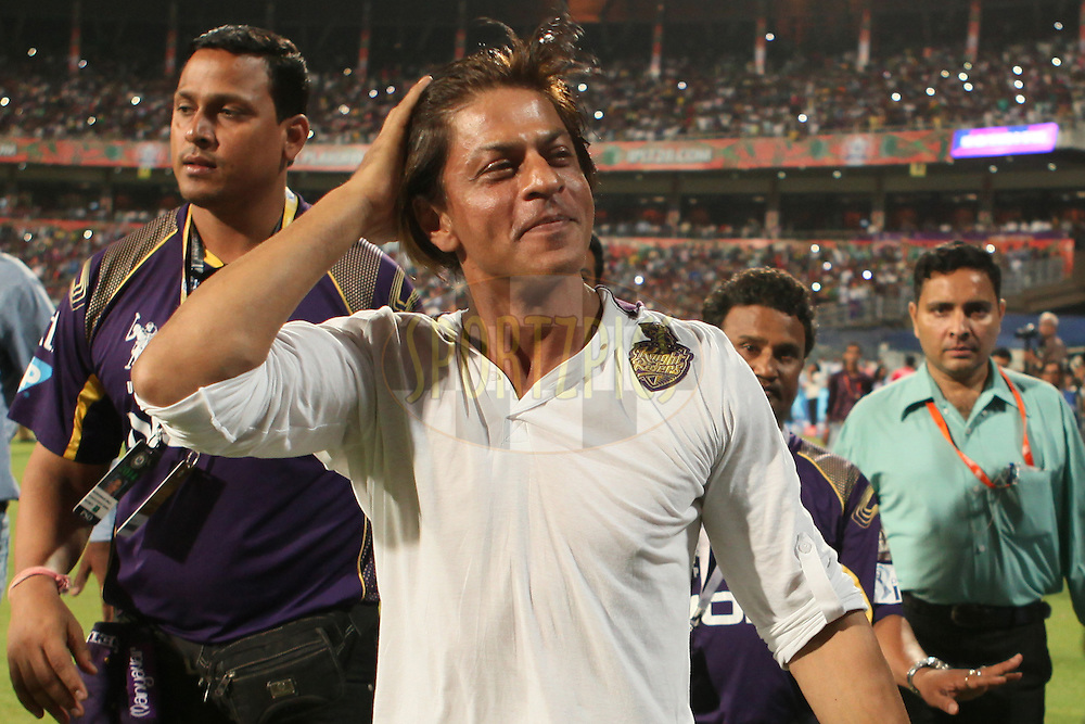 SRK doing victory lap after KKR winning the match and greets fans during the first qualifier match (QF1) of the Pepsi Indian Premier League Season 2014 between the Kings XI Punjab and the Kolkata Knight Riders held at the Eden Gardens Cricket Stadium, Kolkata, India on the 28th May  2014<br /> <br /> Photo by Saikat Das / IPL / SPORTZPICS<br /> <br /> <br /> <br /> Image use subject to terms and conditions which can be found here:  http://sportzpics.photoshelter.com/gallery/Pepsi-IPL-Image-terms-and-conditions/G00004VW1IVJ.gB0/C0000TScjhBM6ikg