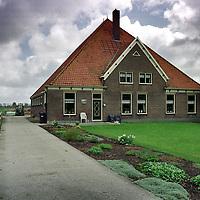 Nederland. Midden Beemster. 2 april 2003..Stolpwoning van Piet Velseboer. Stolpboerderij. Wonen.