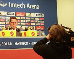 19.09.2011, HSV Pressekonferenz, Hamburg, GER, 1. FBL, Trainerentlassung beim HSV, im Bild Sportchef Frank Arnesen genau im Bild von den Kameras, EXPA Pictures © 2011, PhotoCredit: EXPA/ nph/  Kohring       ****** out of GER / CRO  / BEL ******