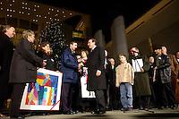 """25 NOV 2004, BERLIN/GERMANY:<br /> Gerhard Schroeder, SPD, Bundeskanzler, waehrend der Uebergabe eines Weihnachtsbaumes, einer Rotfichte, der Initiative """"landesverband Lippe, Unternehmer und Dienstleister"""" aus dem Besitz der Stiftung Eben-Ezer, Ehrenhof, Bundeskanzleramt<br /> IMAGE: 20041125-02-001<br /> KEYWORDS: Gerhard Schröder, Tanne, Tannenbaum"""