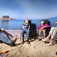 Nederland, Amsterdam , 11 mei 2011..Nieuwe strandkamer in zorghuis Vreugdehof in buitenveldert..Dementerende ouderen kunnen genieten van een nagebootste zomerse strandsfeer in een aangepaste kamer met zand en kunstzon die ook een beetje uv straling afgeeft en de ouderen daardoor een klein beetje vitamine D binnen krijgen. Ook schijnen ze deze z.g. strandkamer als prettig te ervaren...Foto:Jean-Pierre Jans