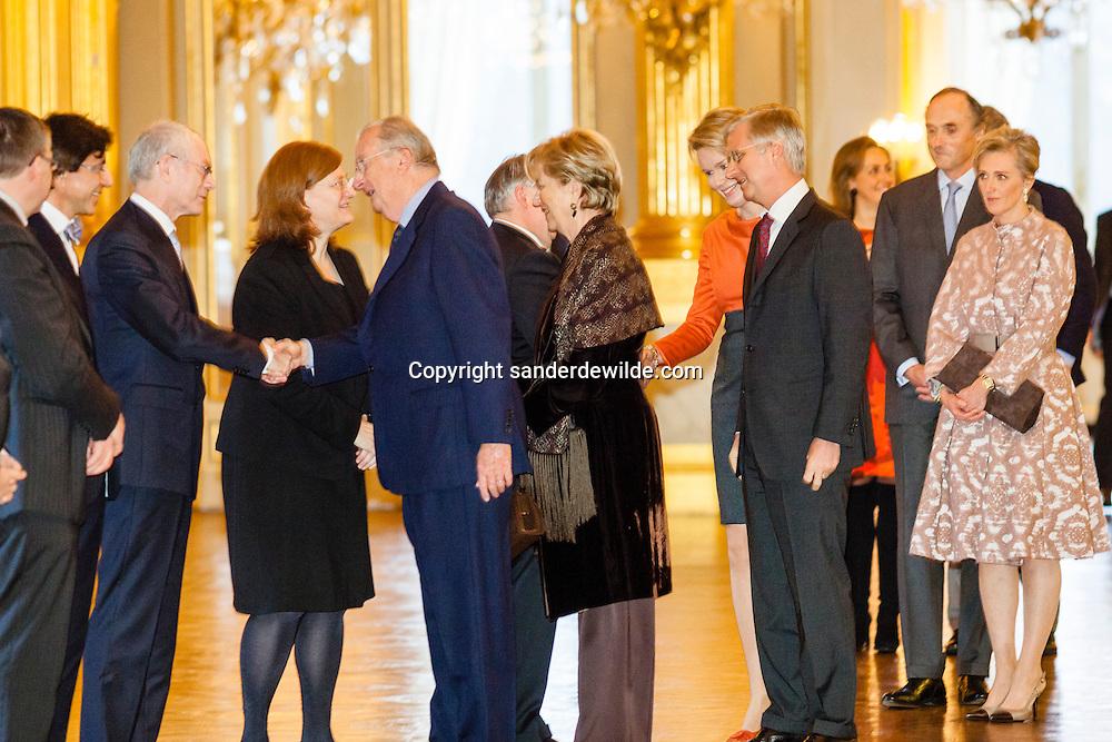 20130129 De jaarlijkse nieuwjaarsreceptie op het Koninklijk Paleis met de voltallige regering. Koning Albert schudt VAn Rompuy de hand. Lorenz en Astrid staan er beteutert bij.