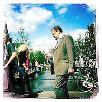 Nederland, Amsterdam , 29 juni 2011..Sfeerfoto gemaakt op Oudezijds Achterburgwal in amsterdam met I-Phone en fotoprogramma Hypstamatic John S. Lens. Film Dream Canvas..Zakenman met mobiel telefoon op Achterzijds Achterburgwal..Foto:Jean-Pierre Jans