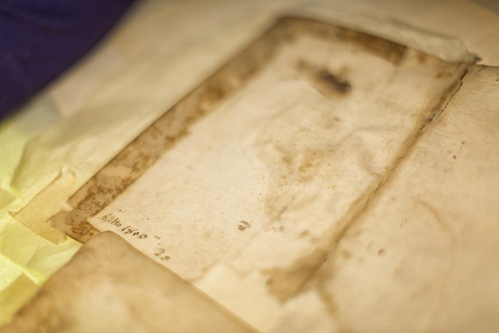 restauro delle parti mancanti del foglio chiamate lacune<br /> <br /> gaps restoration